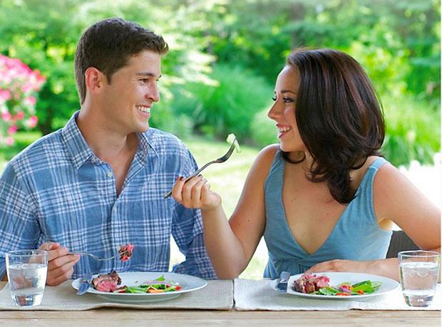 lovers eating food