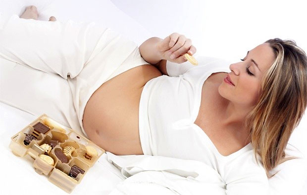 pregnancy lady eating chocolate